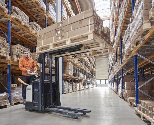 Hochregallager im Logistikzentrum