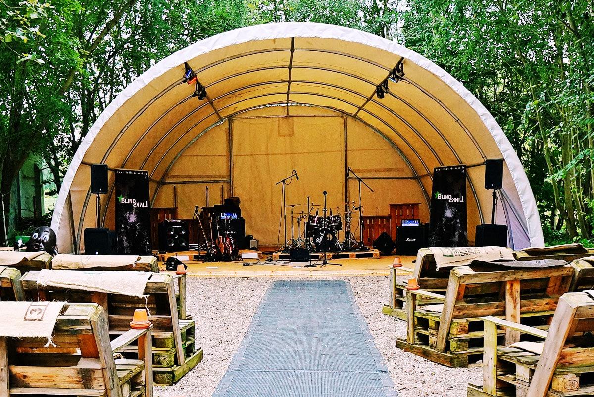 Bühne für Open Air Konzert