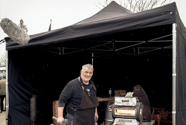 Heinz Hoenig vor unserem schwarzen Faltpavillon.