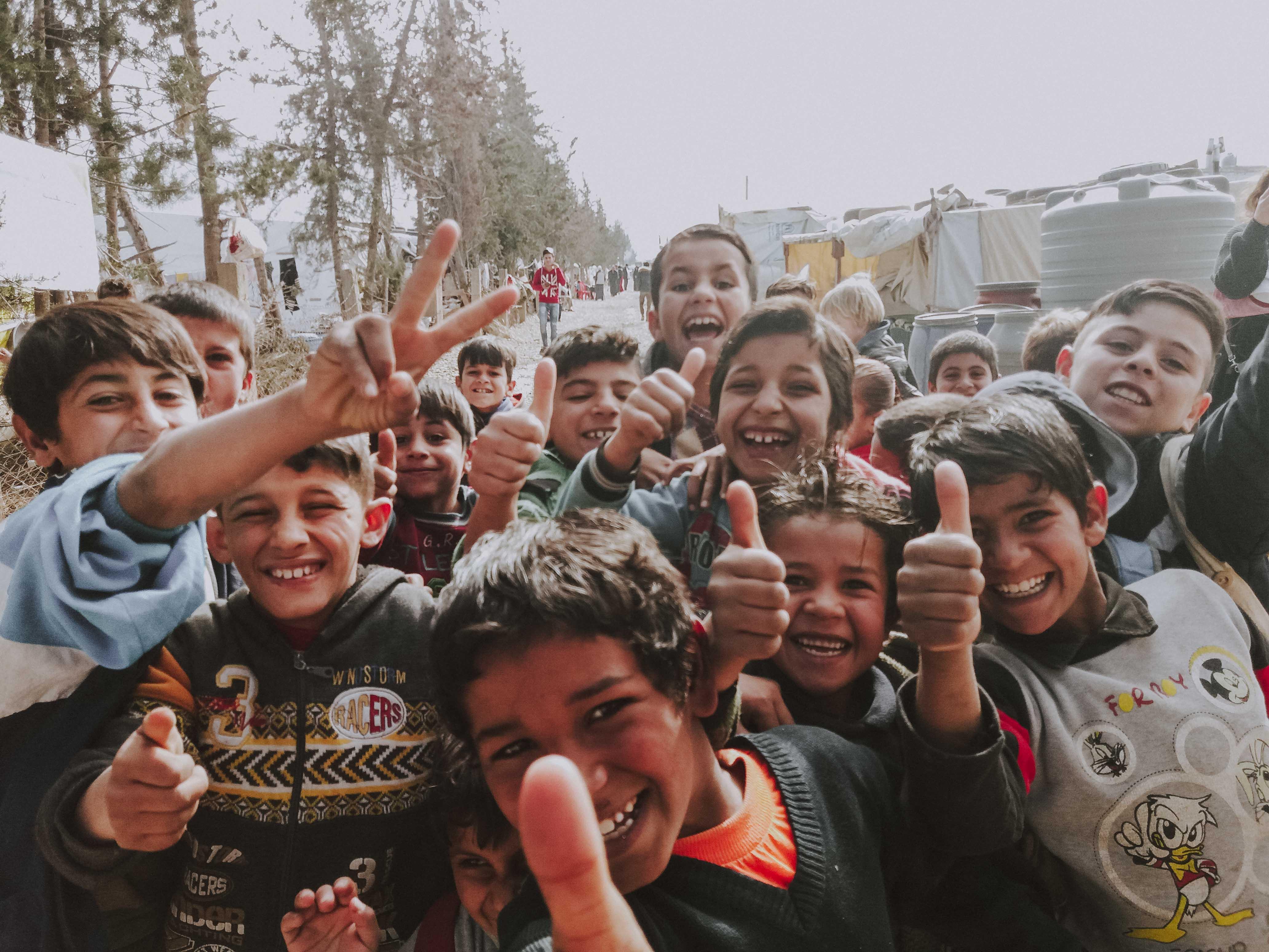 Glueckliche Gesichter von Kindern aus Syrien
