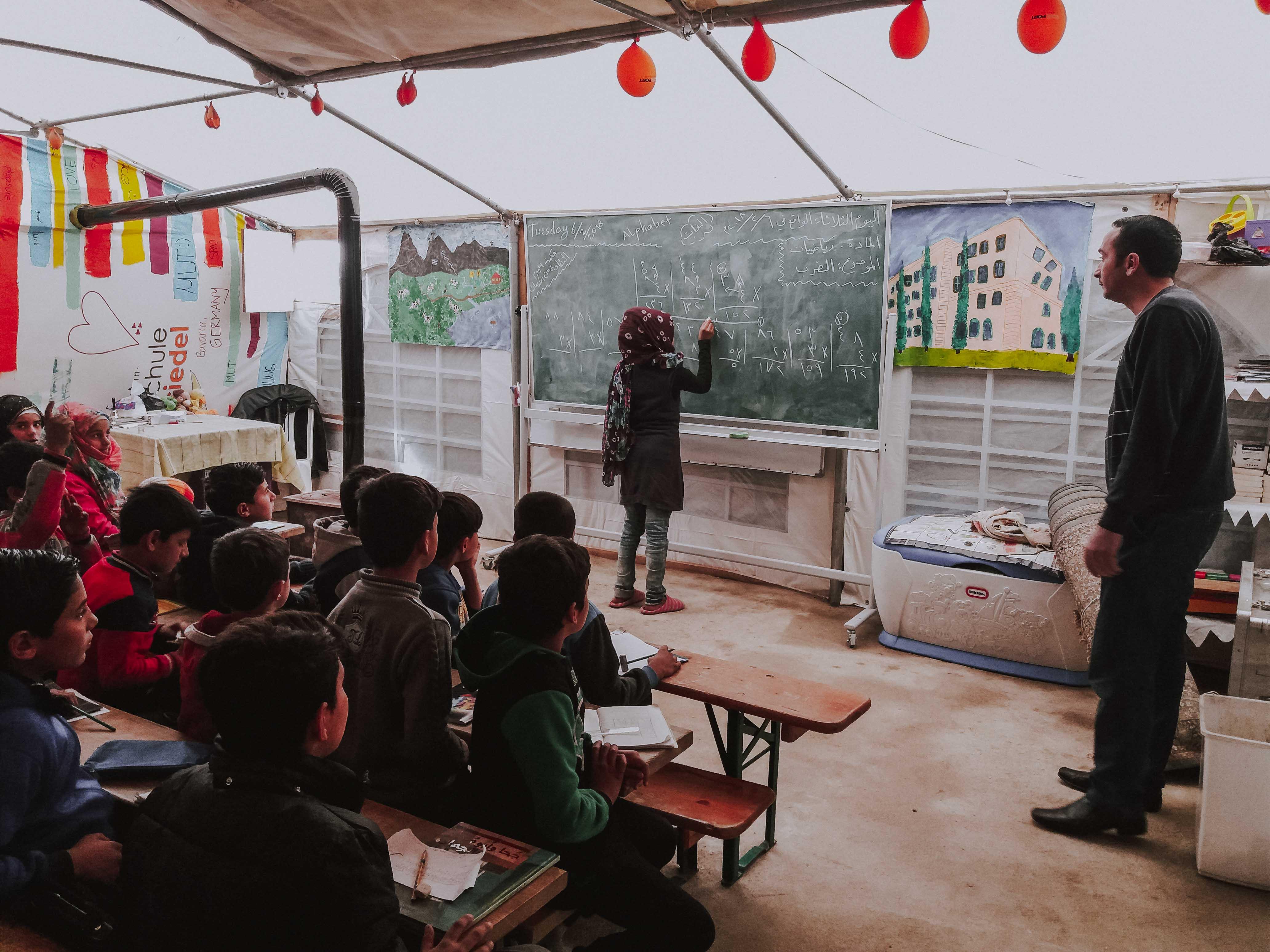 In der Zeltschule lernen Kinder und Frauen