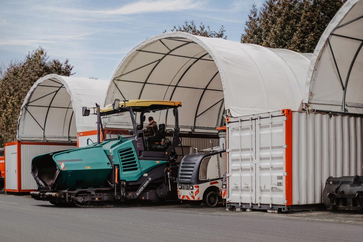 Zwischen zwei Containern entsteht mittel Überdachung ein wettergeschützter Lagerraum